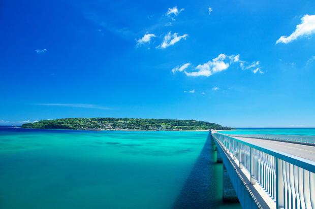 古宇利島に向かってのびる橋