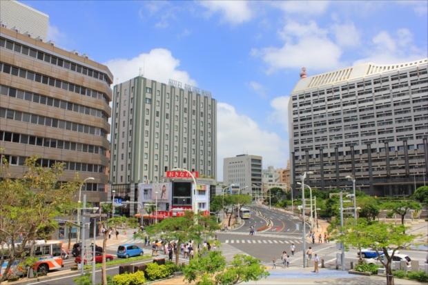 ビルが立ち並ぶ沖縄の国際通り。