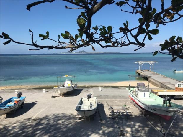 漁船が並ぶ沖縄の青い海