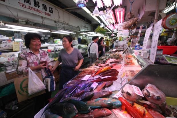 60年以上の歴史を持ち、沖縄の食文化が一堂に集まる「第一牧志公設市場」