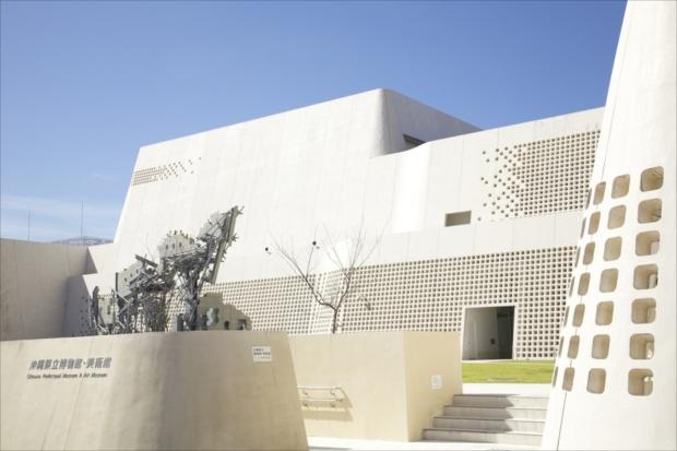 「おもろまち駅」の「沖縄県立博物館・美術館」は県内最大の美術館。
