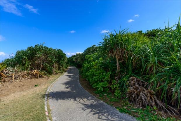 久高島の海岸沿いの遊歩道「ロマンスロード」