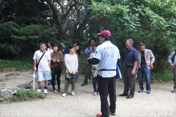 ガイドを頼めば斎場御嶽の神話や、琉球の歴史や文化などを聞きながら歩くことができる