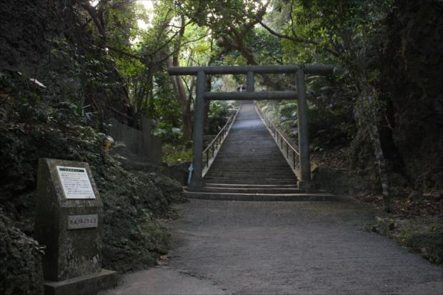 鳥居の先の長い階段の上にある「シルミチュー霊場」は伝説の場所。