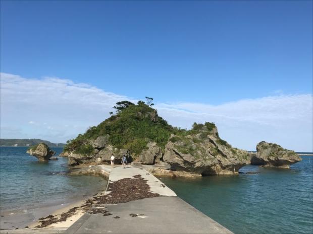 青い海を背景に、美しいシルエットが特徴の「アマンジ」と呼ばれる小さな島に、アマミチューの墓があります。
