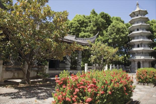 那覇市の市制施行70周年と、中国・福州市と那覇市の 友好都市締結10周年を記念し、1992年9月に開園した庭園「福州園」。