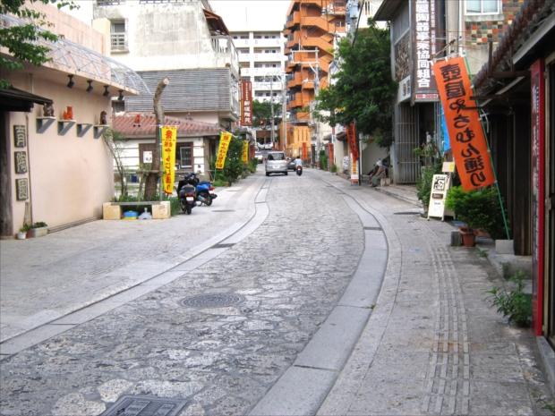 沖縄特産の焼き物「やちむん」の工房や店が軒を連ねる「壺屋やちむん通り」。