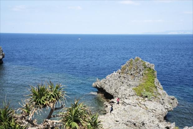 真栄田岬から望む青の洞窟の周囲