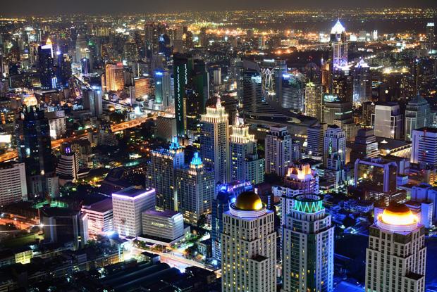 タイ・バンコクの高層ビル群の夜景