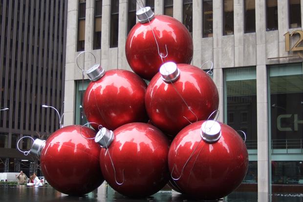 ニューヨークヒルトンミッドタウン近くにあるクリスマスオーナメントの路上オブジェ