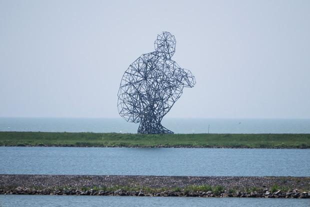 エンクロージャー・ダムに座っている男の像