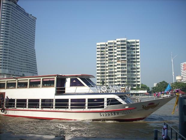 バンコクからチャオプラヤー川をクルーズ船に乗って北上し、アユタヤ遺跡へ