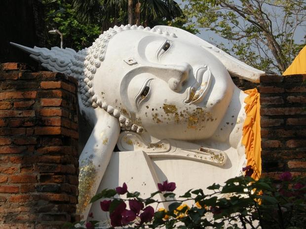 漆喰で作られた白色の涅槃像「ワット・ヤイ・チャイ・モンコン」