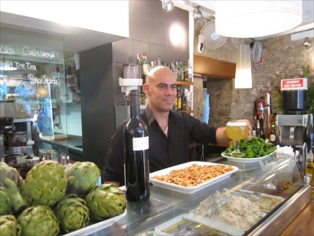 ピンチョスやタパスがが小皿に並ぶ「バル」は、地元の常連さんと陽気に楽しもう。