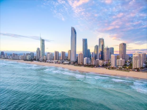 ゴールドコーストは近代的な建物と美しいビーチのコントラストが魅力