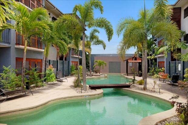 プールがセレブな雰囲気満点で最高!「サザンクロス アトリウム アパートメント」