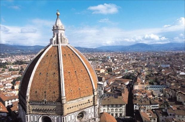 青い空に赤屋根のコントラストが美しいフィレンツェの街並み