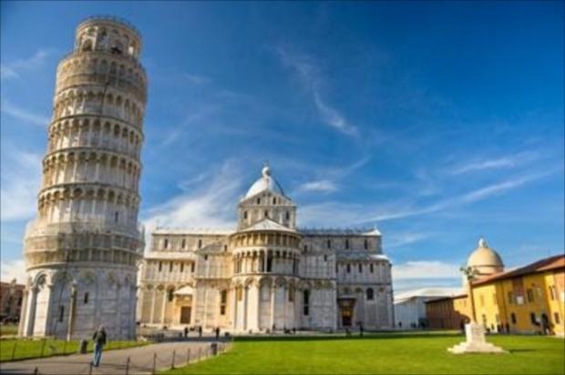 高さ58mと迫力満点のピサの斜塔