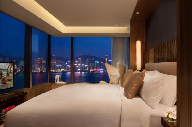 スイートの寝室には、キングサイズベッドとうっとりするような夜景が。