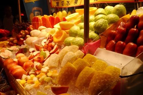 マンゴーはじめ、新鮮な果物が並ぶ屋台