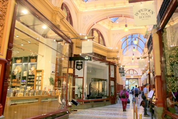 アーケードにはカフェや雑貨、さまざまなお店が(写真提供:浅井みらのさん)