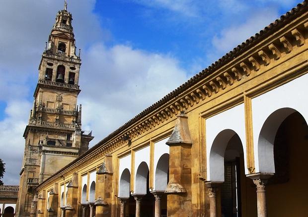 メスキータはスペイン語で「モスク」の意。鐘楼とともにセルビアの街のランドマークになっています