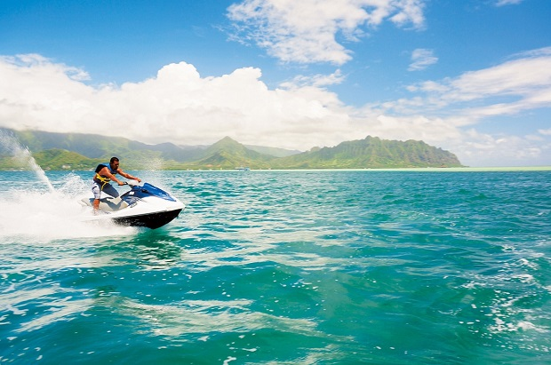楽園ハワイの海を駆け抜けるジェットスキーは爽快そのもの