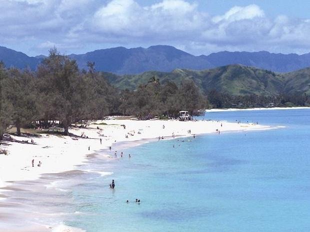 カイルアビーチは貿易風のため風が強くウィンドサーフィンを楽しむ様子も