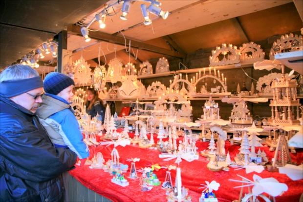クリスマスの飾り付けやケーキにお菓子などの出店が登場(写真提供:浅井みらのさん)