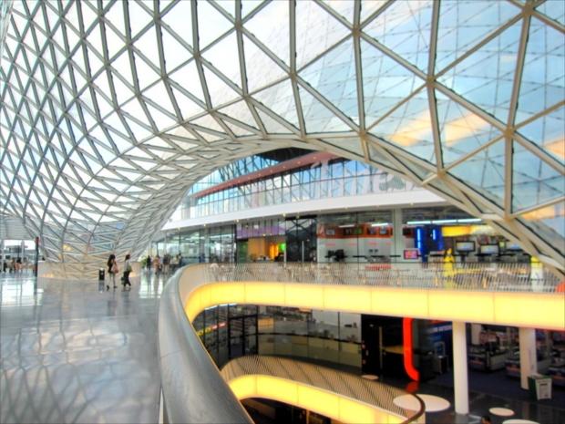 ドイツの商業ビルは日本では見ない斬新なデザイン(写真提供:浅井みらのさん)