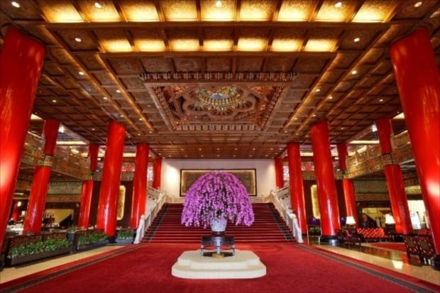 台湾伝統の高級ホテルならでは!宮殿式の伝統建築と朱色のデザインが美しいエントランス