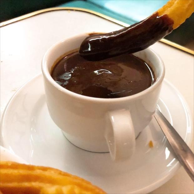 本場のチュロスも体験! 濃厚な「チョコ湯」にたっぷり漬けていただきます(写真提供/タケムラユウカ)