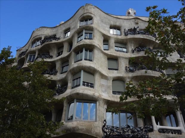 1906年から1912年にかけて設計・建築されたカサ・ミラは、1984年にユネスコの世界遺産に登録されています(写真提供/タケムラユウカ)