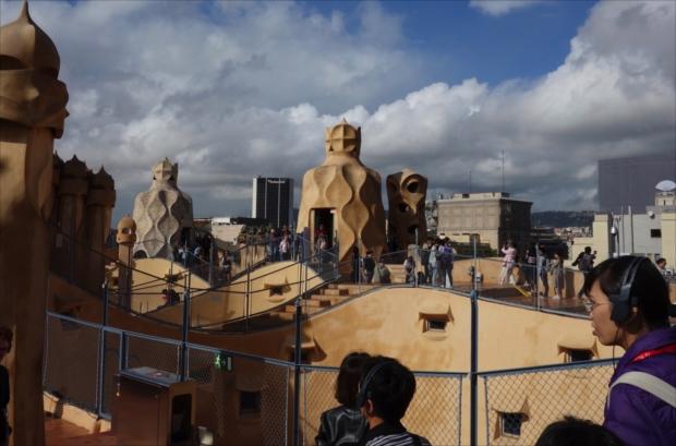 カサ・ミラの屋上では撮影大会。それにしても、こんな建物見たことない……(写真提供/タケムラユウカ)