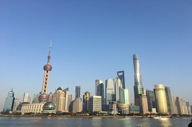 近未来的なタワーや高層ビルが立ち並ぶ上海
