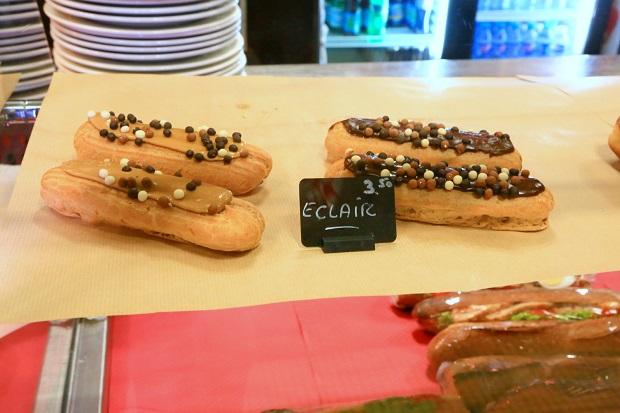 パリではパン屋がケーキなどスイーツを売っている場合も