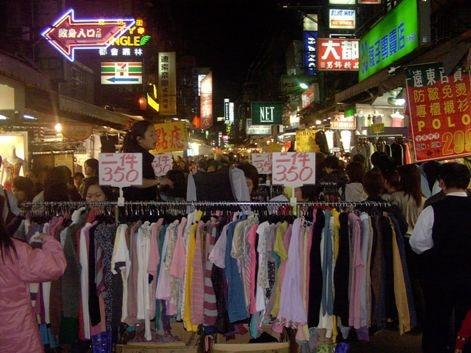 台湾一有名な夜市「士林夜市」で、路上に立ち並ぶ激安ファッションから、掘り出し物を狙おう