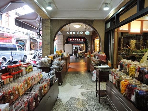 高価な乾物や漢方が卸値で並ぶ「迪化街」のレトロな街並み