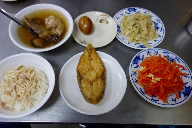 「梁記」の鶏肉飯とスープ、味付け玉子、メンマ、にんじんサラダ、お魚の揚げ物。日本円にして全部で600円くらいだったでしょうか。(写真提供:本田マイコさん)