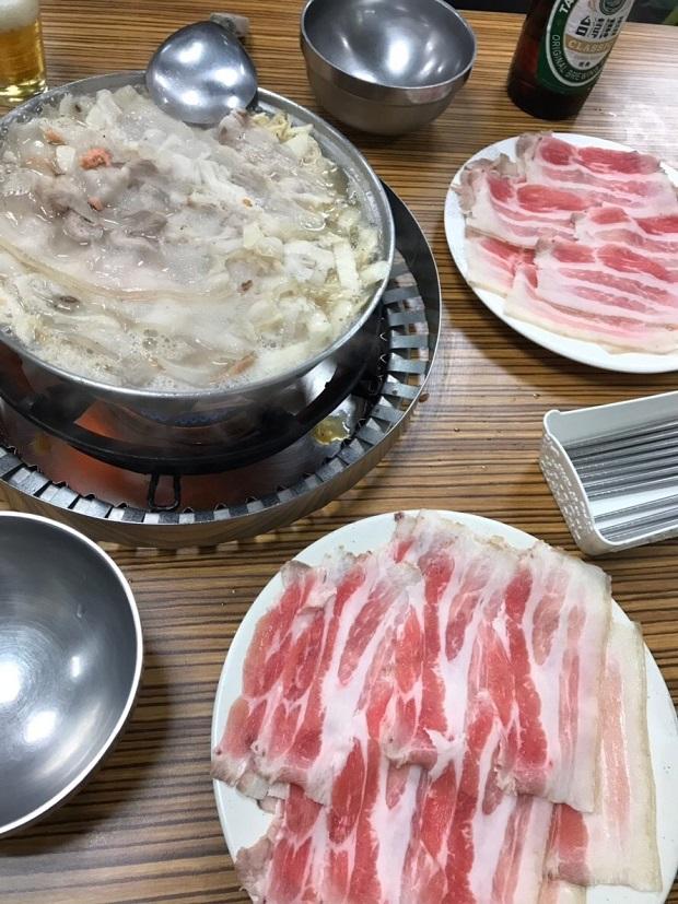 「長白小館(チャンバイシャオグアン)」の「酸菜白肉火鍋」。お肉好きにはたまらない!(写真提供:本田マイコさん)