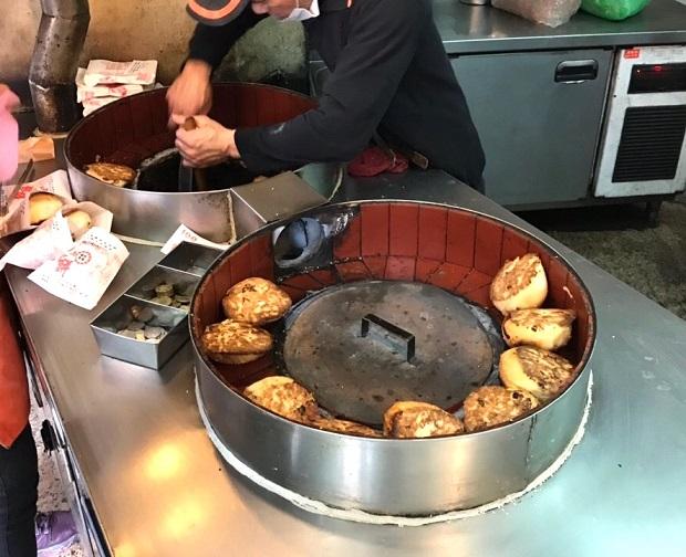 専用窯で焼かれる胡椒餅(写真提供:本田マイコさん)