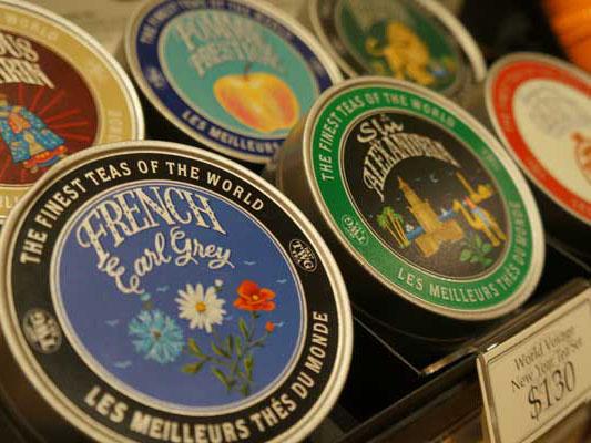 可愛らしいパッケージの茶缶はおみやげにもおすすめ
