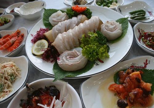 釜山の生きた魚をさばいた刺身は肉厚そのもの