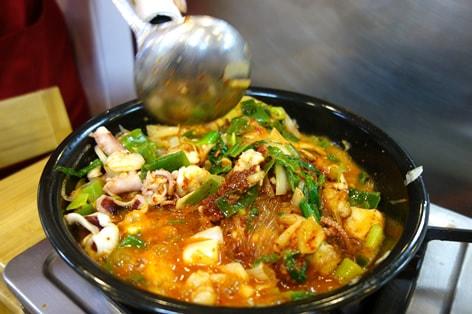 韓国を代表する料理のひとつ「ナッチポックン」。新鮮な手長ダコの海鮮鍋、ぜひ試してみたい!