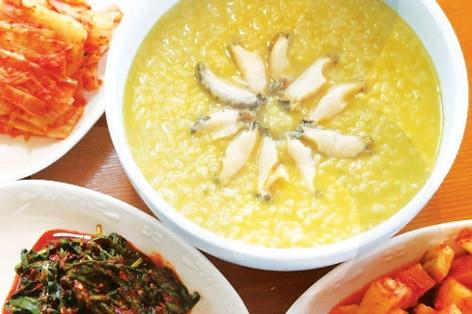 釜山グルメの食べ過ぎ、飲みすぎで胃が疲れた朝は、アワビ粥で朝食を