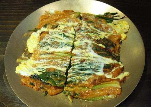 釜山の名物グルメ「パジョンといえば東莱ハルメパジョン」。ていねいに蒸したネギとたっぷりの魚介が抜群の相性