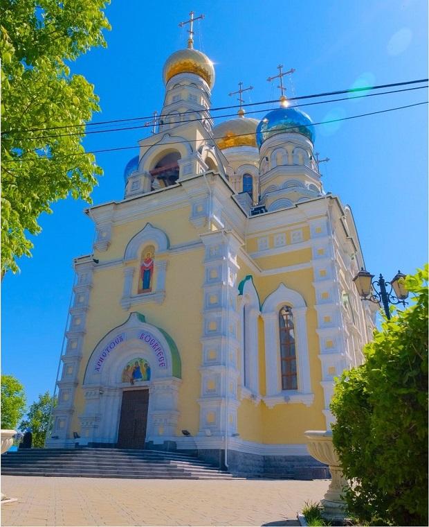 ウラジオストクを観光するならロシアの教会もおすすめ。外壁と同様、輝かしい教会内部も必見!