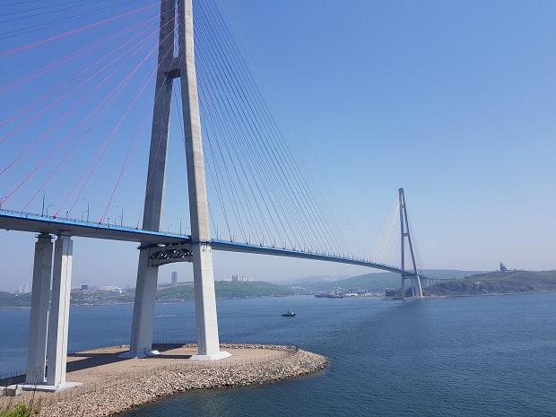 ウラジオストクとルースキー島を繋ぐ連絡橋は世界最長の斜張橋は、首脳会議に併せて建設された。