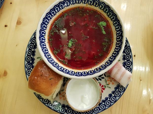 ボルシチはロシア人家庭で欠かせない定番料理。サワークリームを入れるとコクのある味わい
