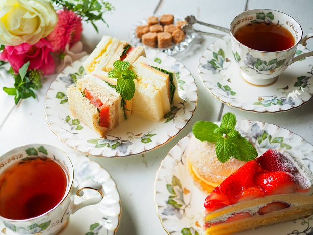 スコーンやサンドイッチなど、紅茶とともにいただくアフターヌーンティーはイギリス旅行の楽しみのひとつ